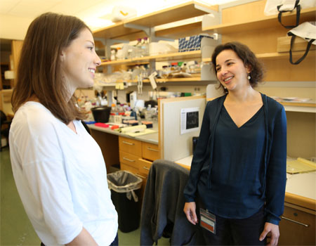 anna molofsky with lab member